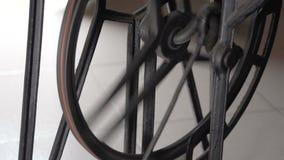 Movimento lento laterale MF della ruota della macchina per cucire stock footage