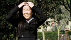 Movimento lento lungo commovente dei capelli della donna asiatica felice stock footage