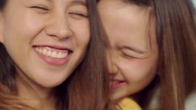 Movimento lento - mulheres asiáticas do blogger que usam o selfie do smartphone e gravando o vídeo do vlog na sala de visitas em  video estoque