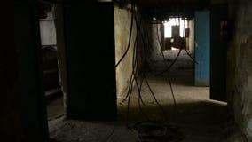 Movimento lento no corredor abandonado video estoque
