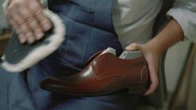 Movimento lento O fabricante de sapata, mestre, artesão, trabalhador é fabricação, produz, faz sapatas na fábrica pequena sapatas filme