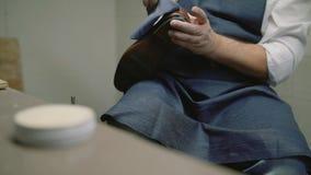 Movimento lento O fabricante de sapata, mestre, artesão, trabalhador é fabricação, produz, faz sapatas na oficina pequena, fábric video estoque