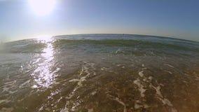 Movimento lento Onda do mar com rolos de espuma brancos ao Sandy Beach vídeos de arquivo