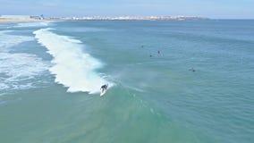 Movimento lento perfetto 4k aereo del Portogallo di supertubos dell'onda del surfista stock footage