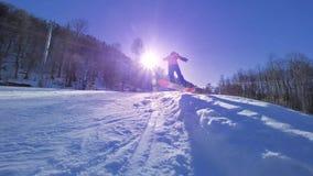 MOVIMENTO LENTO: Pro snowboarder novo que monta a meia tubulação no parque grande da neve da montanha, neve de pulverização na câ vídeos de arquivo