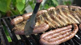 Movimento lento que cozinha o assado com carne grelhada BBQ espanhol da carne de porco dos reforços filme