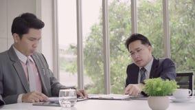 Movimento lento - reunião do homem de negócios no local de trabalho com seu colega e assinatura de um contrato filme