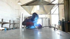 Movimento lento Soldador no trabalho na fábrica de processamento do metal video estoque