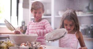 Movimento lento sparato dei bambini che hanno divertimento sudicio in cucina stock footage