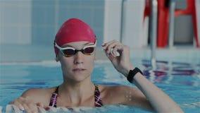 Movimento lento super O atleta fêmea novo emerge da água na associação Restaura a respiração, decola-a filme
