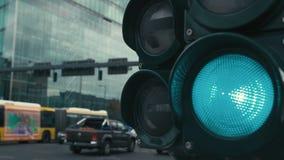 Movimento lento um sinal t?pico nas estradas transversaas no centro da capital de Alemanha, Berlim A luz verde vídeos de arquivo