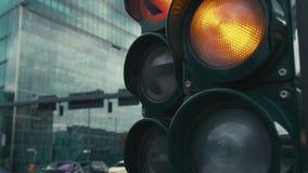 Movimento lento um sinal t?pico nas estradas transversaas no centro da capital de Alemanha, Berlim O amarelo e video estoque