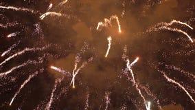 Movimento lento variopinto del cielo notturno dei fuochi d'artificio stock footage