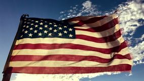 Movimento lento velho esfarrapado de bandeira americana video estoque