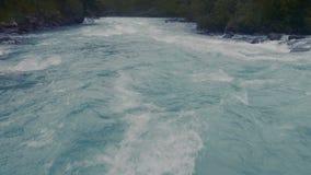 Movimento lento vicino su della superficie blu di disturbo dell'acqua dell'oceano Movimento lento di ciclaggio piacevole del fond archivi video