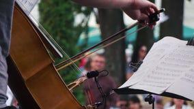 Movimento lento Violoncelista que joga em um concerto do jazz vídeos de arquivo