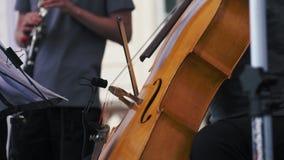 Movimento lento Violoncelista que joga em um concerto do jazz video estoque