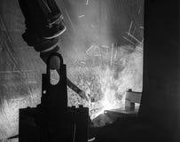 Movimento, preto & branco dos robôs de soldadura Fotografia de Stock
