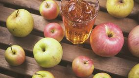 Movimento que lento a câmera se move das maçãs na tabela para um vidro do suco filme