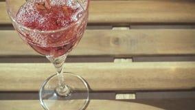 Movimento que lento um vidro do vinho está derramando no vidro na tabela video estoque