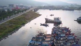 Movimento rápido acima da baía pequena aglomerada com fileiras do barco de pesca filme