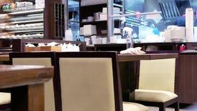 Movimento rápido da tabela da limpeza do trabalhador após o cliente que sae do restaurante filme