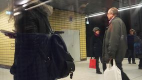 Movimento rápido de lapso de tempo do metro entrando dos povos filme