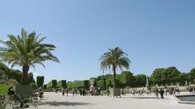 Movimento rápido de lapso de tempo sobre jardins icônicos de Jardin du Luxemburgo vídeos de arquivo
