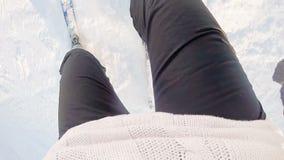 Movimento rápido de um esqui da mulher na montanha Zireia em Grécia Apontar usado câmera da ação a seus pés filme