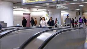 Movimento rápido dos assinantes que tomam a escada rolante para ir ao MRT durante horas de ponta video estoque