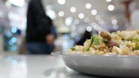Movimento rápido dos povos que comem alimentos na área da praça da alimentação video estoque