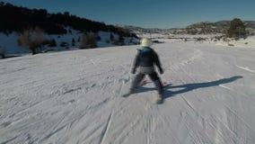 Movimento rápido na primeira opinião da pessoa uma mulher que faz o esqui Câmera da ação usada filme