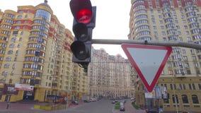 Movimento regolare davanti al semaforo sulle strade trasversali Contaminazione aerea stock footage
