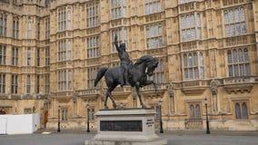 Movimento regolare del giunto cardanico di Richard Coeur de Lion, vecchia iarda del palazzo, palazzo di Westminster, Londra, Regn video d archivio