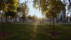 Movimento regolare della macchina fotografica in avanti al tramonto in un paesaggio urbano archivi video