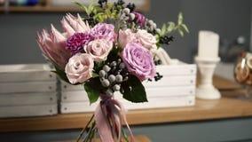 Movimento rotondo della macchina fotografica: bello mazzo fresco nel negozio di fiore: la composizione floreale consiste di Rosa, archivi video