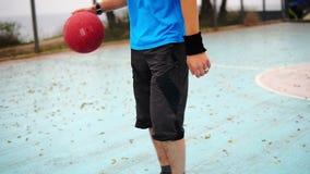 Movimento rotondo della macchina fotografica: pallacanestro di pratica del giovane fuori Colpo lento video d archivio