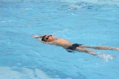 Movimento strisciante asiatico della parte posteriore del ragazzo nella piscina Fotografia Stock Libera da Diritti