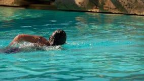 Movimento strisciante di nuoto di stile della ragazza nello stagno video d archivio