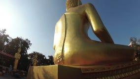 Movimento suave da câmera em torno da estátua da Buda dourada grande tailândia vídeos de arquivo