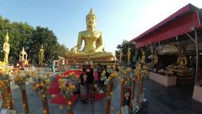 Movimento suave da câmera no templo da Buda dourada grande tailândia vídeos de arquivo