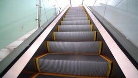 Movimento Travelator 4K Aeroporto moderno interno da escadaria das escadas rolantes filme