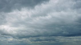 Movimento vasto das nuvens através do céu filme