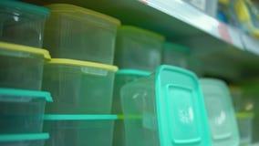 Movimentos da câmera ao longo da prateleira com os recipientes reusáveis coloridos no supermercado filme