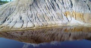 Movimentos da câmera ao longo da reflexão do céu da inclinação no lago azul no poço vídeos de arquivo