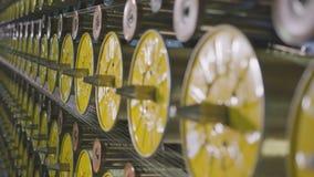 Movimentos da câmera com exceção das bobinas que bobinam o close up das linhas filme