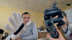 Movimentos de copi do braço biônico de um braço real 4K vídeos de arquivo
