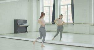 Movimentos do treinamento do dançarino da dança moderna no estúdio vídeos de arquivo