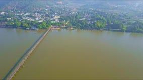 Movimiento aéreo de la ciudad a través del río con el puente estrecho almacen de video