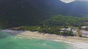 Movimiento aéreo de las colinas a la ciudad en la playa y el océano metrajes